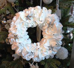 Détournons ensemble des disques démaquillants en couronne de Noël ! Christmas Wreaths, Christmas Decorations, Xmas, Holiday Decor, Christmas Ideas, Burlap Wreath, Floral Wreath, Blog, Couture