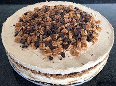 #Chocoladecake met #stroopwafel-#mousse van #roomkaas en #slagroom met zelfgemaakte #nougatine. #chocolade-#stroopwafeltaart
