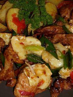 Hermelínové kuřecí nudličky Na rozehřátém oleji zpěníme nadrobno nakrájenou cibulku, přidáme kuřecí maso nakrájené na nudličky a pórek nakrájený na kolečka. Osmahneme,... European Cuisine, Pecan Pralines, Russian Recipes, Gnocchi, Kung Pao Chicken, Chicken Wings, Poultry, Chicken Recipes, Good Food