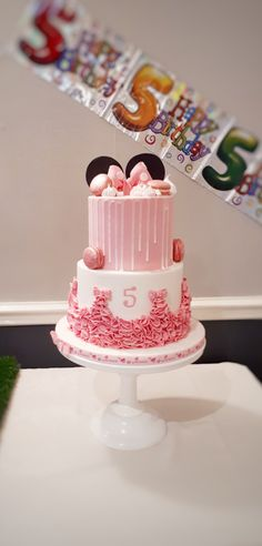 Minnie mouse drip cake with macarons, meringue kisses and ruffles