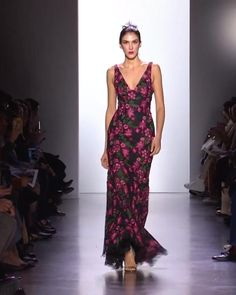 Beautiful Evening Maxi Dress / Evening Gown with V-Neckline and Floral Print. Fall Winter 2020 / 2021 Ready-to-Wear Collection. Runway Show by Dennis Basso. Couture Fashion, Runway Fashion, Fashion Show, Dennis Basso, Fashion Videos, Dressed To Kill, Elegant Outfit, Roberto Cavalli, So Little Time
