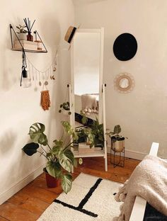 Formas chulas de poner un espejo en un rinconcito de tu habitación Room Ideas Bedroom, Bedroom Decor, Bedroom Designs, Ikea Room Ideas, Uni Bedroom, Bedroom Inspo, Cute Room Decor, Wall Decor, Boho Room