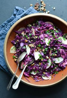 6 Beautiful Salad Recipes with Winter Fruits - healthy red cabbage salad with apples and walnuts Healthy Soup Recipes, Vegetarian Recipes, Healthy Tortilla, Christmas Salad Recipes, Purple Food, Herb Salad, Xmas Dinner, Winter Salad, Healthy Fruits