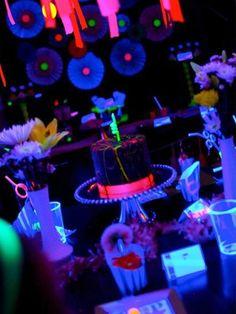 Resultado de imagem para festa neon