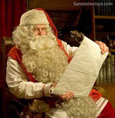 Papai Noel lendo a lista das crianças