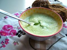 Creamy Broccoli Soup with Smoked Salmon (recipe is in Dutch) Romantic Dinner Recipes, Winter Dinner Recipes, Vegan Dinner Recipes, Soup Recipes, Cooking Recipes, Healthy Recipes, Smoked Salmon Recipes, Healthy Soup, Love Food