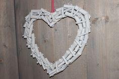 Mooi! Hart gemaakt van witte stukjes hout. Uit de webwinkel van Logeer & Sfeer