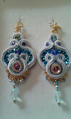 Orecchini in soutache con swaroskji , perle e cabochon centrale sempre in swaroskji nelle tonalità del l'azzurro e argento