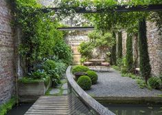 The London Magazine - A private city garden in London, UK. Designed by the owner, architect Rupert Wheeler. Small Courtyard Gardens, Back Gardens, Small Gardens, Outdoor Gardens, Rooftop Gardens, The Secret Garden, Hidden Garden, Small Backyard Landscaping, Landscaping Ideas