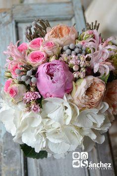 ramo realizado con hortensia blanca, peonia rosa, rosa inglesa David Austin Juliette, bouvardia rosa, rosa spray Mimi Eden brunia y nerine
