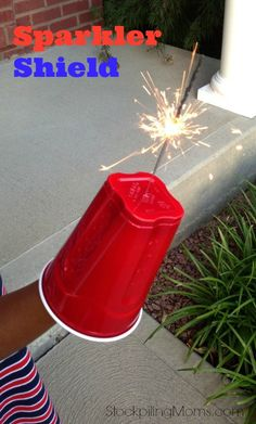 Easy DIY Sparkler Shield for a of July or memorial Day party using plastic cups. 4th Of July Celebration, 4th Of July Party, July 4th, 4th Of July Ideas, 4th Of July Games, 4th Of July Fireworks, Holiday Crafts, Holiday Fun, Holiday Parties