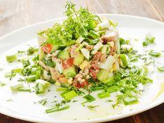 На 8 марта совсем не хочется готовить сложные и тяжелые для желудка блюда. Идеальное решение в этом случае – легкие и вкусные салаты.  Салат из печени трески с авокадо       Праздничный салат на 8 …