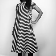 Groove dress, with a straight hem, slash neck and short sleeves.