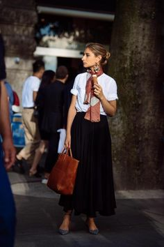 comment porter un foulard pendant l'été, jupe longue noire