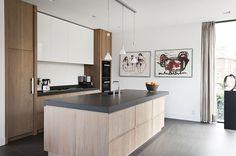 Eikenhouten keuken zonder te veel handgrepen. Granieten blad. Van Sijmen interieur.