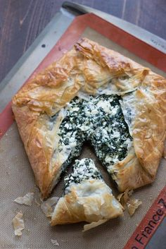 Spanakopita recipe, made the modern way! This version still has the buttery, flaky phyllo dough crust that surrounds a cheese and spinach filling. This popular Greek dish takes only minutes to prepare! Spanicopita Recipe, Filo Recipe, Spinach Pie, Spinach And Feta, Spinach Recipes, Greek Recipes, Pie Recipes, Cooking Recipes, Philo Dough