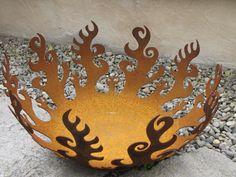 Feuerschale Flamme aus Edelrost, klein  Feuerschale Flamme zum Befeuern mit Holz, nur in Rost erhältlich  Der Artikel ist passend zu verschiedenen Deko Säulen, kann auch als Feuerschale alleine verwendet werden.  Größe:  Höhe: 27,5 cm Durchmesser: 50 cm