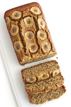 Just 5 ingredients to make this healthy loaf of banana bread 5 ingredient gluten free banana bread - Gluten Free Recipes Gluten Free Banana Bread, Healthy Banana Bread, Banana Bread Recipes, Almond Recipes, Almond Meal Banana Bread, Banana Bread 3 Ingredient, Healthy Banana Recipes, Food Cakes, Bon Dessert