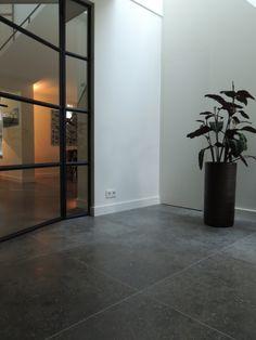 Hal met natuurstenen vloer - Nieuwenhuizen natuursteen Stone Tile Flooring, Concrete Floors, Kitchen Flooring, Paint Colors For Home, House Colors, Farmhouse Renovation, Apartment Design, Future House, Decoration