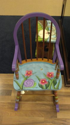 Give old furniture pieces a new look with wood stain art Whimsical Painted Furniture, Funky Furniture, Recycled Furniture, Hand Painted Furniture, Art Furniture, Furniture Projects, Furniture Makeover, Furniture Dolly, Office Furniture