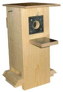 tämä on talvella ruokinnassa ja kesällä pesinnässä käytössä. Välipohja laitetaan kesäksi paikoilleen ja lentoaukko avataan. http://www.linnunpontto.com/index.php?sivu=ruokintapontto.php