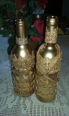 Artesanato Garrafa De Vidro, Artesanato Em Telhas, Artesanatos, Reciclar Garrafas De Vidro, Frascos De Vidro, Garrafas Enfeitadas, Garrafas Pintadas, Pintura Em Garrafa, Pintura Em Vidro Liquor Bottle Crafts, Wine Bottle Art, Bottle Vase, Bead Bottle, Diy Bottle, Garrafa Diy, Decorated Wine Glasses, Decorated Bottles, Bottle Centerpieces