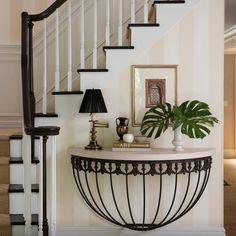 """""""Uma ideia cheia de charme para aproveitar a parede da escada. Os adornos, os livros e a costela de Adão foram fundamentais para compor o cenário."""""""