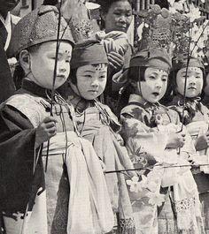 Japanese children celebrating a Shinto Matsuri Japan. Japanese History, Japanese Beauty, Japanese Culture, Japanese Geisha, Mary Monroe, New Look Dior, Buddha Birthday, Japanese Festival, Oriental