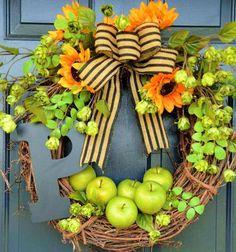 décoration naturelle d'automne - couronne de porte en brindilles, pommes vertes, tournesols artificiels et un ruban en toile de jute