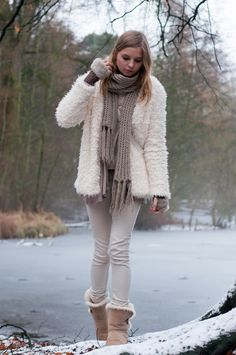 Winter Style, cozy: beige sheepskin Teddy Coat, beige Scarf, cute fur gloves and Ugg Boots, warm Look - Hamburg, Streetstyle, Outfit, Blogger