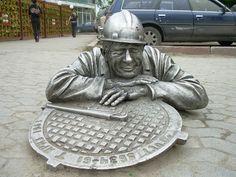Омск, Россия. Памятник сантехнику.