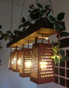 lustre rustique en râpes et en lattes de bois décorés d'une branchette artificielle