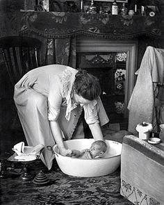Bath time by the fire. which I had when I was four in a big tin bath on a Sunday. ready for school on Monday. Time Pictures, Old Pictures, Old Photos, Antique Photos, Vintage Pictures, Vintage Images, Chef D Oeuvre, The Good Old Days, Vintage Photographs