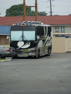 Image Detail for - Louisiana Trip :: One of Vince Gills tour buses picture by ... Marathon Coach, Bus Humor, Prevost Bus, Luxury Bus, New Bus, Rv Motorhomes, Vince Gill, Car Makes, Bus Conversion