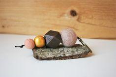 Schlüsselanhänger mit Filzkugeln in unterschiedlichen Größen in beige und rosa, selbstbemalte und matt lackierte Holzperle in goldfarben (mit Acrylfarbe bemalt) und geometrischer Holzperle in dunkelbraun. Farblich passend dazu ein bronzefarbener Schlüsselring. Aufgefädelt auf eine schwarze Kordel. Dieser Schlüsselanhänger hat eine Länge von ca. 10,5 cm.