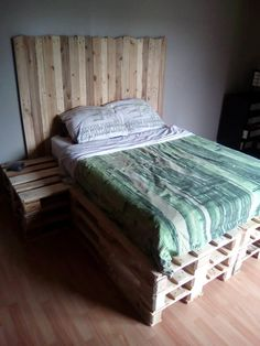 Pallet #Bed with #Headboard and Side Table - Pallet Furniture DIY