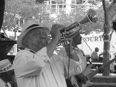 Op een marktplein in Kaapstad, Zuid Afrika, stond deze man vol passie trompet te spelen