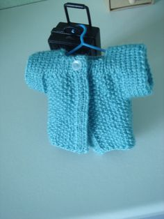Tuto pour petit gilet Les Chéries French Pattern, Cute Jackets, Doll Clothes Patterns, Diy Doll, Miniature Dolls, Baby Knitting, Cool Kids, Baby Dolls, Knitting Patterns