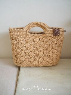 Might make a lovely lunch tote bag. I am in search for one. Crochet Coin Purse, Free Crochet Bag, Crochet Pouch, Crochet Bags, Crochet Stitches Patterns, Crochet Designs, Lunch Tote Bag, Beginner Crochet Projects, Knitted Bags