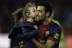 Busquets besa a una niña
