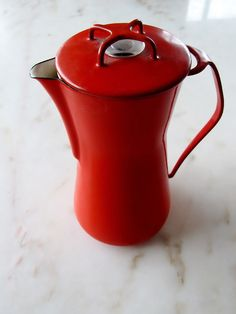 A classic: Dansk Kobenstyle red enamel coffee pot Coffee Shop, Coffee Cups, Coffee Maker, Kitchenware, Tableware, Mid Century Modern Kitchen, Toy Kitchen, Retro Design, Kitchen Styling