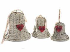 Campana decorativa in rattan con cuore rosso e nastro decorativo da appendere in set da 3 pz. Ass. 3 misure  Ø20cmx21H (c/cordino35) Media: Ø 15 x 16,5 H (c/cordino 25) - Piccola: Ø 13,5 x 13,5 H (c/cordino 20)