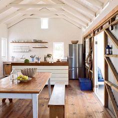 Decoração de: Cozinha; banco de madeira reaproveitada; Casa de Valentina