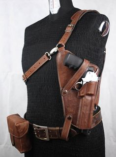Front Holster revolver in real leather metal buckles Adjustable measurement aged by hand gun not included possibility of customization, contact me for any question Leather belt height 4 cm real leather belt bag Real Leather Belt, Leather Jewelry, Leather Craft, Handmade Leather, Leather Bags, Custom Leather Holsters, Gun Holster, Leather Projects, Metal Buckles