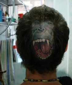 I would NEVER but this is crazy! Bizarre monkey-face tattoo on the back of some guy's head Horrible Tattoos, Weird Tattoos, Funny Tattoos, Worst Tattoos, Tatoos, Tattoo Humor, Gorilla Tattoo, Bad Tattoos Fails, Scalp Tattoo