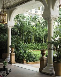 The colonial house in 60 magnificent photos! Architecture Classique, Architecture Design, Tropical Architecture, Colonial Architecture, Colonial India, British Colonial Decor, Colonial Garden, Tropical Home Decor, Tropical Houses