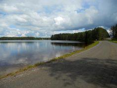 Alavudella sijaitseva Iso Liesjärvi on kuuluisa raikkaasta ja kirkkaasta vedestään. Hiekkapohjainen järvi on virkistävä kesähelteilläkin, sanotaanhan järven olevan lähdepohjainen, joka takaa virkistävän uintikokemuksen kuuminakin kesäpäivinä. Uimaranta on siisti ja matala ja ehkä siksi lapsiperheiden suosiossa. Rannan läheisessä männikössä voi istahtaa piknikille ja nauttia luonnonrauhasta. Iso, Country Roads