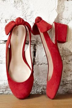 adorable red shoes with shoes shoes shoes fashion shoes Hot Shoes, Crazy Shoes, Me Too Shoes, Women's Shoes, Red Bow Heels, Red Flats, Red Pumps, Fashion Week, Womens Fashion