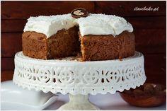 Jesienne ciasto cynamonowe z jabłkami, orzechami i przepysznym kremem śmietankowym z nutą kokosu. Treściwe, wilgotne z mnóstwem dodatków.