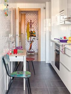 A cheerful apartment full of color was renovated by decorator Pili Molina of Masfotogénica, sited in Malaga, a port city on southern Spain's Costa del Sol. Small Galley Kitchens, Narrow Kitchen, Home Kitchens, Diy Kitchen Decor, Kitchen Interior, Home Decor, Malaga, Küchen Design, Interior Design